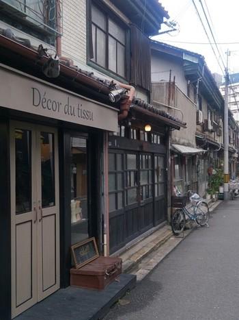 大阪市北区中崎町。梅田から一駅で歩いていくことも出来るという都会のすぐ隣に位置する、レトロな古い町並みが素敵な地域。ここにはたくさんのこじんまりとアットホームなカフェや、雑貨屋さん、古着屋さんなどが立ち並びにぎわっています。隠れ家的雰囲気のとっても素敵なお店がいっぱいですので、オススメのカフェをどんとご紹介いたします☆