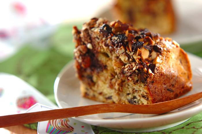 このケーキは、アーモンドもチョコもゴロゴロといっぱい♪食べ応えもたっぷり!育ち盛りのお子様や、そうじゃない人も、きっと満足できる気取らないケーキレシピです。