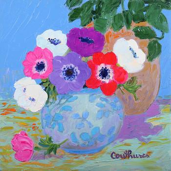 「アネモネ」・・・短く太い茎に可憐な花の可愛さとブルーの丸い花瓶がとても印象的なアネモネ。中でも、パッチリとした赤いアネモネがインパクトを与えています。