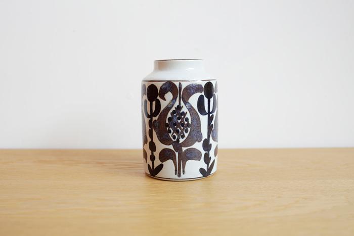 デンマークの歴史ある陶磁器メーカー、「Royal Copenhagen」。ヴィンテージのものほど人気があります。こちらは女性デザイナー、カリ クリステンセンの作品。どこか素朴さの残る質感と、大胆でありながら女性らしい繊細さを感じさせるペイント。落ち着いた色合いが和の空間にもよく似合います
