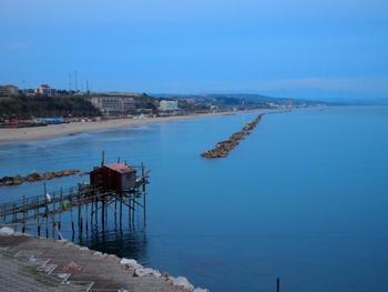イタリア、モリーゼ州カンポバッソ県の港町「テルモリ」・・・ピエルマテオが生まれた美しい港町です。イタリアを乗馬ブーツの形に例えるなら、踵の上の滑車に半島の付け根部分を北上してプーリア州を抜け、お隣りのモーリゼ州にテルモリがあります。鍵状に海岸に突き出た岩山に沿って旧市街が形成されています。