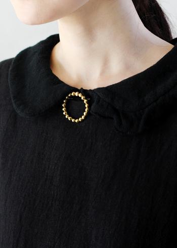 洋服に着ける時は胸元や襟が定番ですが、こんな風に中央にあしらうのも新鮮です。ネックレスみたいですね。  ■haruka okamoto/ラウンドブローチ