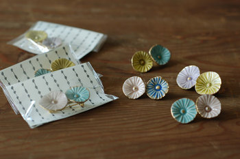 こちらは可憐な小花がふたつ並んだデザイン。色付きのもだとより華やかさが増しますね。  ■sen/小花ブローチ
