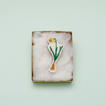 繊細な手刺繍で描かれた水仙の花。甘くなりがちなフラワーモチーフも、デザイン次第で大人っぽく着けられます。  ■tansu/ボタニカルブローチ