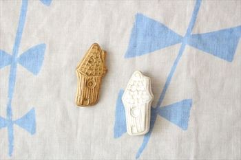 和み度満点の陶器のおうち。主張しすぎないデザインのものなら、色違いで着けても可愛い。  ■キエリ舎/森の家ブローチ