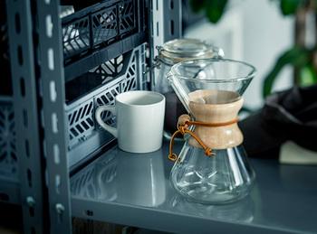アメリカの科学者ピーター・シュラムボーム博士によって考案された「CHEMEX」のコーヒーメーカー。美味しいコーヒーを淹れるための道具というのはもちろん、誕生から半世紀以上経っても、世界中の人を魅了して止まないのは、そのフォルムの美しさ。革紐が巻きつけられた木枠の持ち手がガラスの質感に不思議と映えます。使わない時も、ディスプレイしておきたくなる道具は、どこかが劣化してもパーツを買い替えることができるのもありがたい。大切に長く使いたいですね。