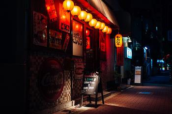 『深夜食堂』に出てくるお料理はどれも素朴で、懐かしい気持ちにさせてくれるものばかり。誰もがもっている「思い出の味」を丁寧に作ってくれるマスター。 角を曲がり路地へ入れば、この街にも『深夜食堂』がみつかるかもしれません。