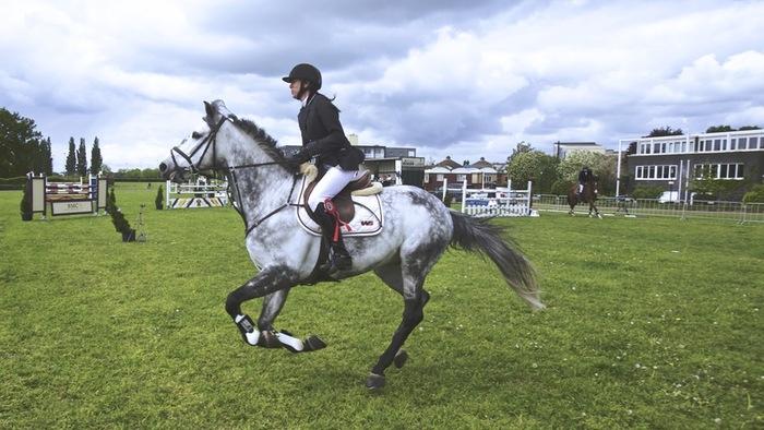 乗馬はエクササイズ効果もあり、くびれを作りたいという方にもおすすめです。週末、都心を離れた自然の中、乗馬体験でリフレッシュしてみるのはいかが?