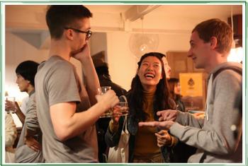 バーやカフェを併設しているゲストハウスも増えてきています。宿泊客のみならず地元の人と海外旅行者の交流の場としても、注目の場所。コーヒー一杯、お酒一杯をオーダーするだけで、気軽に国際交流ができちゃうので、英語を学びたい人や海外に興味がある人にもおすすめです。