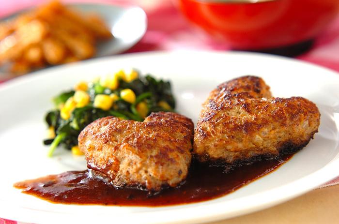ハート形が可愛い、定番ハンバーグ。ソースに赤ワインを使った味も本格的なレシピです。