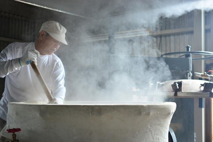 甲州みそは、他のお味噌と違い「麦麹」と「米麹」2種類を使用して作るので、手間も2倍かかるといわれています。山梨名物「ほうとう」の美味しさのヒミツはこの味噌にあるんだとか。