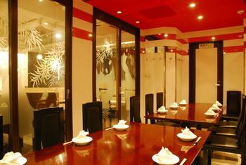 赤を基調として、ガラスにパンダの模様を描いた、中国調の席も素敵です♪