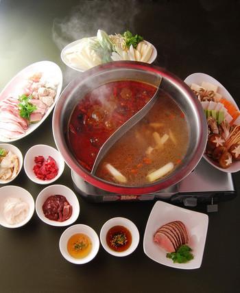 おすすめは、鴛鴦(おしどり)火鍋コース 。 前漢(紀元前202~後8年)時代からあるとされる「火鍋」を是非、味わって下さい。2つに仕切られた鍋に、白湯(パイタン)と紅湯(ホンタン)のスープを張り、肉や野菜を煮ます。 画像はコースですが、火鍋のみの注文も可能です。