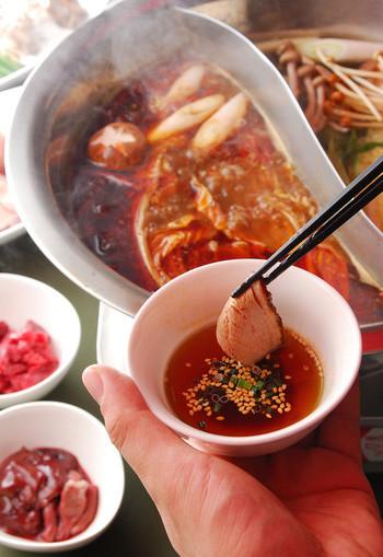 紅湯(ホンタン)は、唐辛子や花椒など麻辣味のスープです。白湯(パイタン)は、ナツメやクコの実、松の実、生姜、八角など薬膳の素材を加えたスープ。紅白のスープと具材のバリエーション、専用のつけだれと、様々な味が楽しめる専門店ならではのお鍋は、一度は味わってみたいですね。