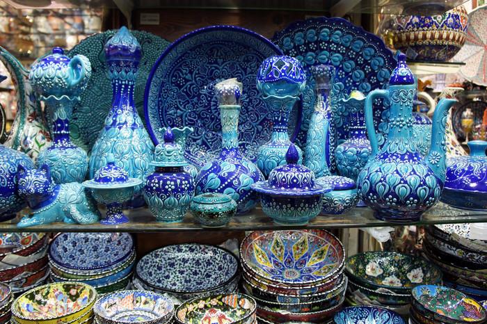 グランド・バザールには、陶器製品を売るお店も数多くあります。アラベスクや唐草模様の装飾が施されたティーセットや食器は美しく、実用品としてだけでなく、装飾品として使うのもおすすめです。