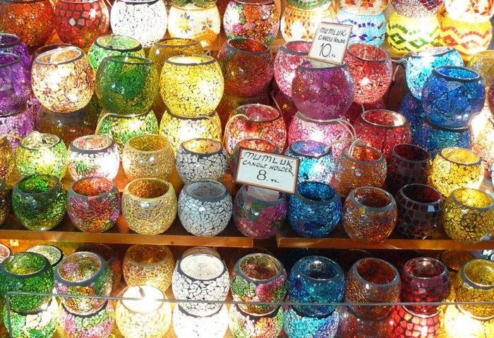 「煌びやかでインテリアとしても美しいトルコランプが欲しいけれど、はお土産としては大きすぎる」と思う方には、小型のガラスモザイクが施された小物をお土産に選んでみてはいかがでしょうか。ガラスのコップ、キャンドルスタンド、小物入れなどは嵩張らず、値段も手ごろなので、おすすめのお土産です。