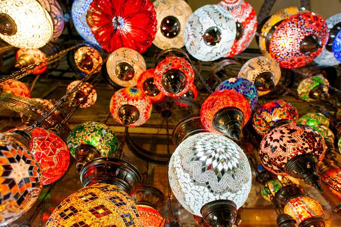 ガラスモザイクで装飾されたトルコランプの美しさは格別です。トルコランプは、天井から吊り下げるシャンデリアタイプ、スタンドタイプなど様々な形があります。プラグは日本式コンセントに合ったものへ、その場で付け替えてくれます。