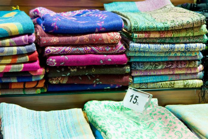バザールでは、様々なストールが売られています。トルコらしいエキゾチックな柄のもの、無地のもの、カシミア製のもの、シルク製のもの、コットン製のものなど種類は実に様々なので、きっとお気に入りのものが見つかるはずです。