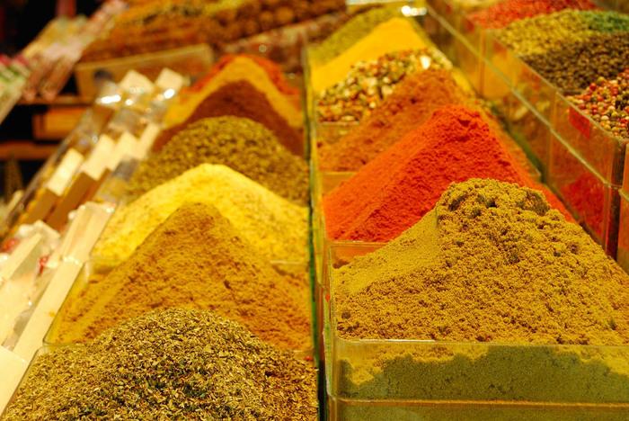 バザール内には、香辛料の量り売りをしているお店がたくさんあります。かつて、香辛料は、高級品としてイスタンブールにおける交易を繁栄させていました。昔ながらの量り売りをしている店舗を訪れ、遠いオスマントルコ帝国時代の香辛料交易の面影を感じ取ってみませんか。