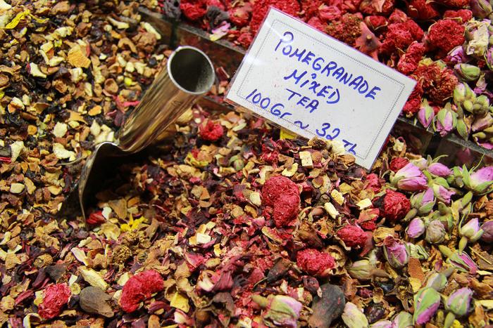 トルコをはじめ、イスラム圏の国々には、チャイハネと呼ばれる喫茶店が街のあちこちに点在しています。紅茶は、イスタンブール市民にとっても欠かせない食品の一つです。