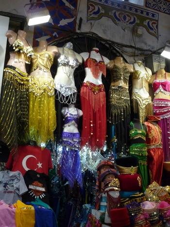 日本でも女性に人気があるベリーダンスは、中東発祥のダンスです。グランド・バザールでもベリーダンスの衣装は数多く売られており、日本から衣装の買い付けに来る人もたくさんいるほどです。