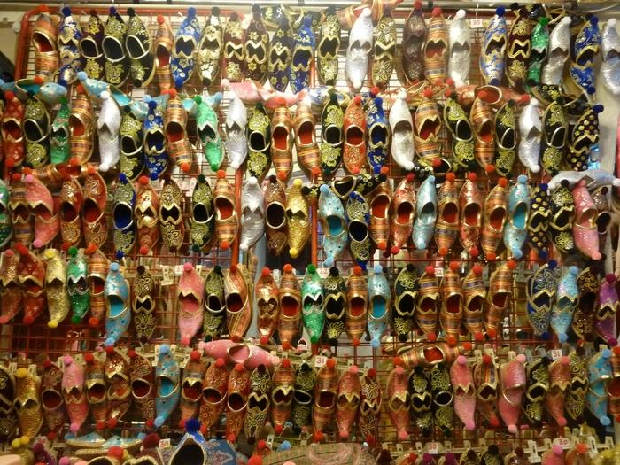 お土産物店が軒を連ねるエリアには、ひときわ目立つスリッパが売られている店舗が観光客の目を引いています。外出履きとしては派手過ぎますが、柔らかい素材で作られたスリッパを、室内履きとして使ってみてはいかがでしょうか。