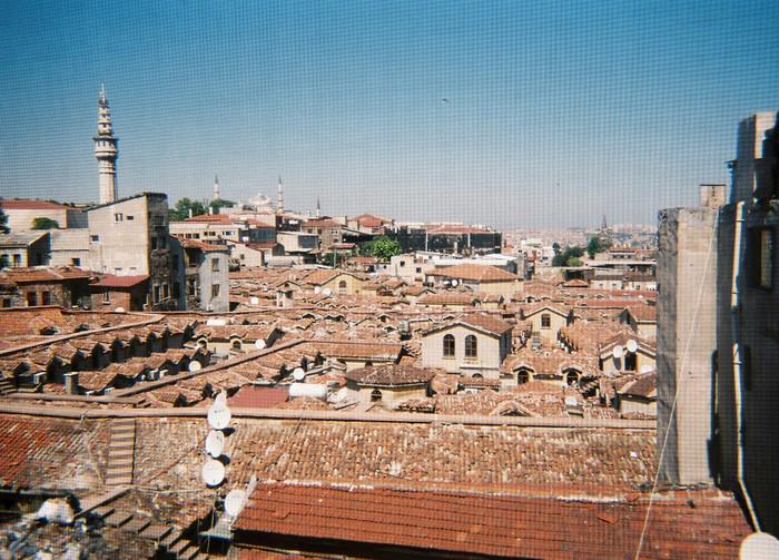 トルコ語でカパルチャルシュ(屋根付き市場)と呼ばれるグランド・バザールは広大な敷地全てが屋根に覆われています。グランド・バザールの屋根は、ヌルオスマニイェ・ジャーミィから眺めることができます。