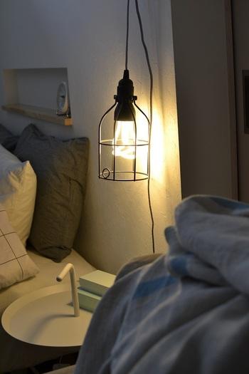 玄関やリビング、どのお部屋も明るい空間が開運のポイントですが、寝室に関しても同じです。天井にしか照明がない寝室を使っていると、単調な人生になりがち・・・と言われております。何か良い変化を求めるなら、スタンドやデスクランプなどの照明器具を追加してみてはいかがでしょうか。