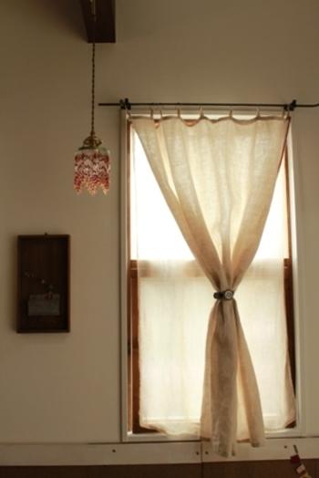 カーテンの他にロールカーテンやブラインド、シェードなど様々なウィンドウトリートメントがあり、お部屋によっては、レースを無しにして厚地だけのお部屋もありますよね。寝室は、厚地とレースの二重の物がオススメ。  風水では朝、カーテンを開け太陽の光と共に良い気を入れ、夜は暗くなる前にカーテンを閉めて、悪い気が入ってくるのを防ぐのが良いと言われています。カーテンが一重だと良い気と悪い気のコントロールが難しくなり、寝ている間に良い運気を補給できなくなってしまいます。これを二重にして、良い運の流出を防ぎ『良い運を補給できる』寝室にしてあげましょう。