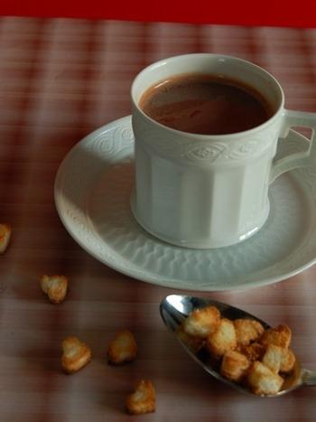 寒い季節、お家だからこそ簡単にすぐできちゃう、こんな気軽なバレンタインもいいですね。材料はチョコレートと牛乳と少しのブランデーのみ!