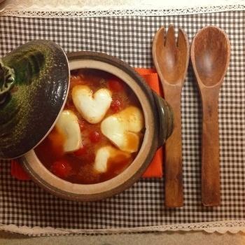 少し思考を変えてキムチスープはいかがでしょう。キムチ効果で身体も温まりますね。ハートにカットしたモッツァレラチーズをのせて。
