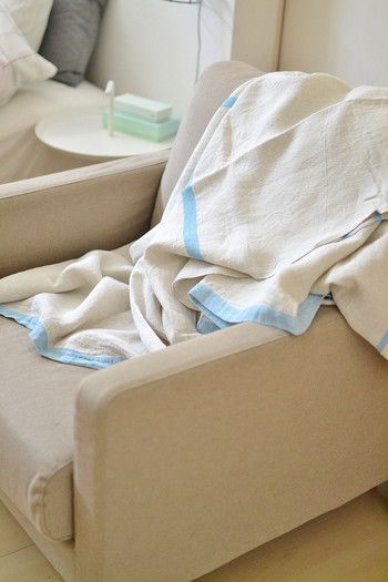 布団カバーの上に、さらりとしたリネンの布をかぶせるのも素敵ですね。