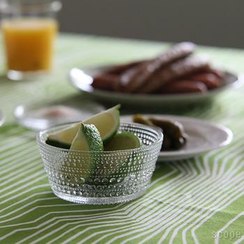iittala(イッタラ)のKastehelmi(カステヘルミ)は、英名で「Dewdrop(露のしずく)」のこと。その名の通り、たくさんのしずくが並んだようなデザインは、水の粒のようにさりげなくキラキラとして、食卓のアクセントになります。