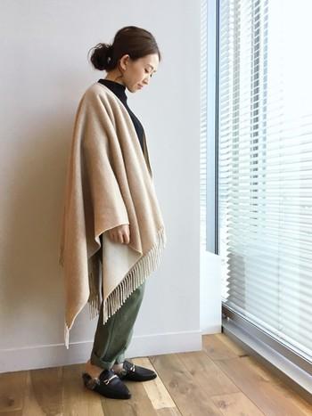 大きめストールをポンチョのように羽織った個性的なスタイルも、低めヘアアレンジで大人っぽい仕上がりに。