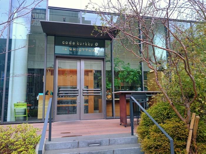 「グランドフロント大阪」の北館1階にある【IL GHIOTTONE di piu】(イルギオットーネ ディ ピュー)。大きな窓ガラスに囲まれた開放的な空間が広がるお店です。