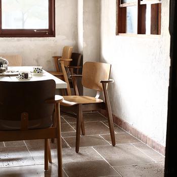 アルテックのDomus Chair(ドムスチェア)は、素朴なデザインながらもスタッキングできるなど使い勝手も抜群。木のぬくもりを感じられる特別なチェアです。