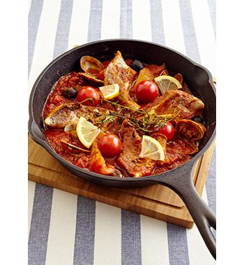 カレー粉やハーブを加えたトマトソースで鯛と野菜を蒸し煮に。素材の旨みたっぷりのジューシーな1品です。