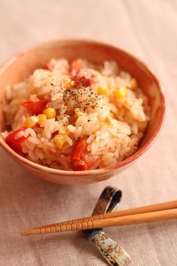 塩、しょうゆ、とりがらスープの素で炊き上げる、洋風の炊き込みご飯です。最後にバターをひとかけ落とすことで、風味豊かな仕上がりに。