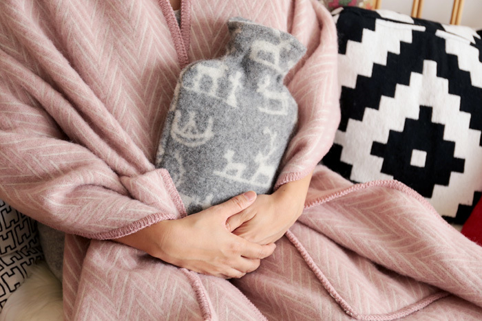 お湯をいれて使用する「湯たんぽ」。電気やガスを使わないので、そのまま抱いて寝るのもOKです。100%ウールなので、肌触りもふわふわで、まるで赤ちゃんを抱きしめているような心地よさがあります。