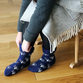 寒さが厳しいフィンランドでも愛されている、もこもこのソックス。「もこもこソックス」というネーミングの通り、靴下の内側はつま先まで、全部「もこもこ」に起毛しています。
