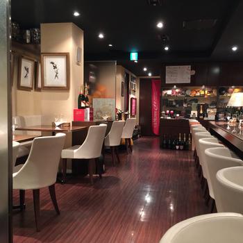 北新地駅からほど近い場所にある【Bistro Champagne】(ビストロ シャンパーニュ)は、名前の通り美味しいシャンパンと食事を味わえるお店。カウンター席もあるゆったりした店内は、大人の隠れ家のような雰囲気です。