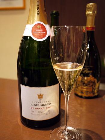 おすすめはもちろん極上のシャンパーニュ。グラス一杯からオーダーできるので、いろいろな銘柄を気軽に味わってみて下さいね♪