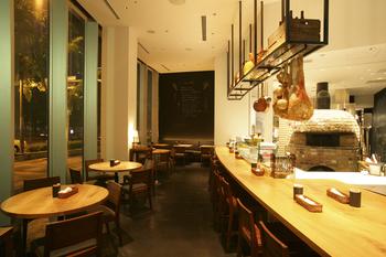 【PIZZA SALVATORE CUOMO 梅田 &The BAR】(ピッツァ サルヴァトーレ クオモ 梅田 アンド ザ バー)は、ナポリ出身のシェフ、サルヴァトーレ・クオモ氏が全国展開する人気イタリアンレストランの一つ。オープンキッチンには大きなピッツァ窯が据えられています!