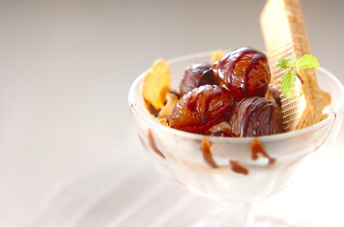 深い甘みをゆっくり感じられる甘栗のパフェはゆっくり味わいたいですね。  ■材料(4人分) マロングラッセ…8粒 天津甘栗8~12粒 アイスクリーム(バニラ)…適量 シリアル…大さじ4 チョコシロップ…適量 ウエハース…4枚 ミントの葉…適量