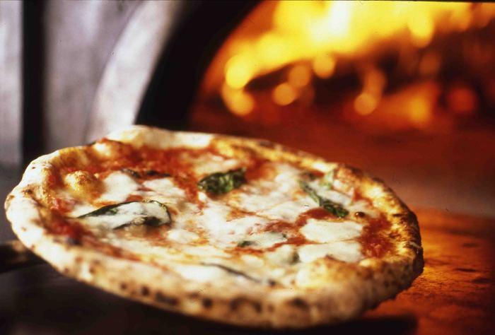 ピッツァ窯では職人さんが次々とピッツァを焼き上げています。「ピッツァ世界コンペティション」で三年連続で受賞したというピッツァもありますよ!