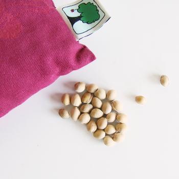 ピローの中には、さくらんぼの種が入っています。使い始めはさくらんぼの香りがして、とっても癒されますよ♡
