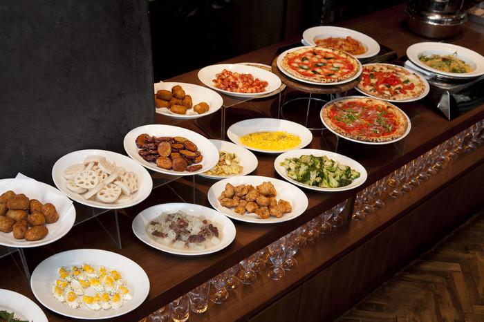 ランチタイムに行列ができるほど大人気なのが、こちらのビュッフェ。6種類の日替わりピッツァや、パスタ、前菜、ドルチェなどが食べ放題のお得なランチメニューです。