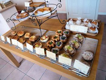 こちらのお店はフルーツ系のパンが多く並びます。デニッシュやドライフルーツを使ったパンがおすすめ。