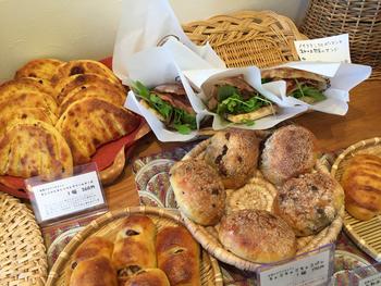 日替わりの惣菜パンなども人気です。「こびとのパン」「函館海峡バケット」などネーミングが面白いのも魅力。