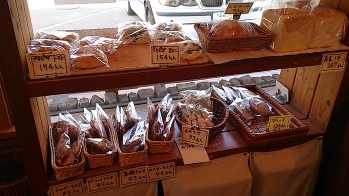 1つ1つに職人技が活きたパンの他、ラスクやマドレーヌなどのスイーツも充実しています。特に人気の商品は、外はカリっ、中はモチッとした、フランスパンの一種「リュスティック」です。